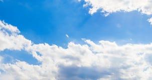 Lazo de las nubes blancas sobre el movimiento del lapso de tiempo del cielo azul, cambio de clima