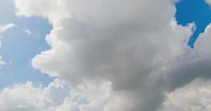 Lazo de las nubes blancas sobre el movimiento del timelapse del cielo azul, cambio de clima