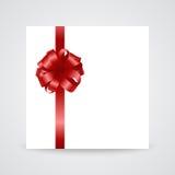 Lazo de satén rojo brillante con la cinta en blanco Fotos de archivo