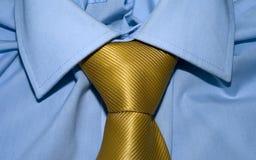 Lazo del amarillo del oro y camisa azul Foto de archivo libre de regalías