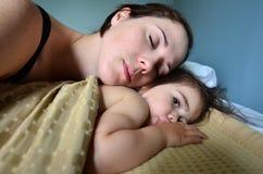 Lazo del bebé de la madre Imagen de archivo