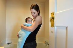 Lazo del bebé de la madre Fotografía de archivo libre de regalías