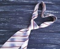Lazo del ` s del hombre en una decoración elegante del día de fiesta del fondo de la ropa de madera negra vieja de los accesorios Fotos de archivo libres de regalías