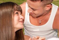 Lazo feliz del amor de los pares que se sienta jovenes Foto de archivo