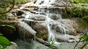 lazo inconsútil 4K Cascada de Erawan, atracción turística famosa popular en Kanchanaburi, Tailandia La cascada de Erawan es una c almacen de metraje de vídeo