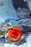 Lazo negro gris con las rosas rojas en un fondo verde Imagen de archivo libre de regalías