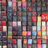 Lazos coloridos en una parada del mercado Imagen de archivo