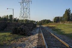 Lazos de ferrocarril al lado de pistas foto de archivo
