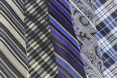 Lazos de seda en fila imagenes de archivo