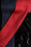 lazos del estilo del Extremidad-corte en superficie negra del terciopelo Fotografía de archivo