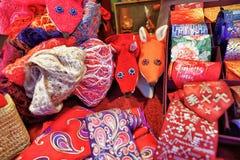 Lazos festivos hechos a mano y dos zorros en el mercado de la Navidad de Riga Fotografía de archivo libre de regalías