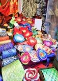 Lazos y broches hechos a mano de la flor durante mercado de la Navidad de Riga Imagenes de archivo