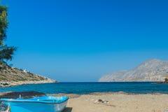 Lazurowa fishermans łódź i denny horyzont wykładamy na Alexi lub Alexis plaży blisko Emborios Greckiej wioski na Kalymnos wyspie Obraz Royalty Free