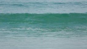 Lazurowe fala staczać się na piasku Karon Wyrzucać na brzeg zdjęcie wideo