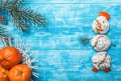 Lazurowy drewniany tło zielony jodły drzewo Dekoracyjni rożki Bałwan od cukierków Owoc z mandarynką Obrazy Royalty Free