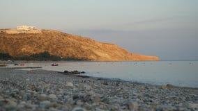 Lazurowy morze i pusta kamienista plaża na tle malownicza Cypr wyspa zbiory