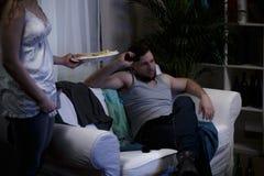 Lazy Man que se sienta en el sofá Foto de archivo