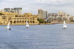 LAZZARETTO小河, MARSAMXETT港口,马耳他- 2018年3月09日:在马努埃尔海岛前面, Gzira ` s M Lazzaretto的帆船  图库摄影