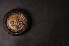 2 lb磅葡萄酒在金属背景的铁重量 免版税库存照片