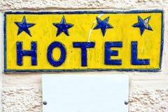 Lbergo-Hotelzeichen auf Wand nahe Eingang lizenzfreies stockbild