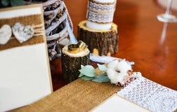 Álbum de foto de la decoración de la boda con los anillos y el algodón de la ramita Imagenes de archivo