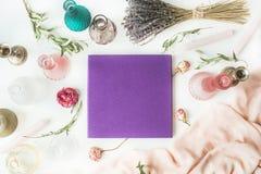 Álbum de foto púrpura de la boda o de familia Imagen de archivo libre de regalías