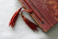 Álbum de foto rojo viejo con las borlas Imágenes de archivo libres de regalías