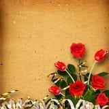 Álbum viejo del vintage para las fotos con un ramo de rosas rojas Fotografía de archivo