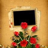 Álbum viejo del vintage para las fotos con un ramo de rosas rojas Imágenes de archivo libres de regalías