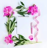 Álbum y flores rosadas Imagen de archivo libre de regalías