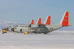 LC130 narciarscy samoloty na śnieżnym pasie startowym przy McMurdo obrazy royalty free