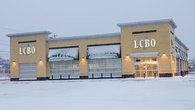 LCBO商店在期间的多伦多降雪 免版税图库摄影