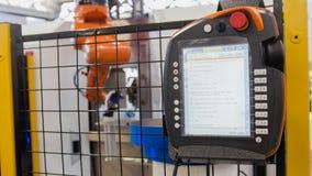 LCD afstandsbediening voor robotachtige handwerktuigmachine bij industriële vervaardigingsfabriek stock afbeeldingen