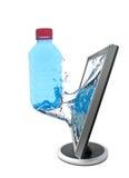 LCD monitor en fles water Stock Foto's