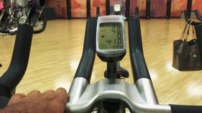 Lcd-Monitoranzeige auf spinnendem Fahrrad stock footage