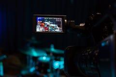 Lcd-skärmen på camcorderen Filma konserten Valsuppsättning och bas Royaltyfria Bilder
