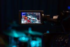 Lcd-skärmen på camcorderen Filma konserten Valsuppsättning och bas Fotografering för Bildbyråer