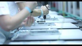 LCD TV dei prodotti 4k dei lavoratori stock footage