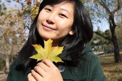 Lächeln der chinesischen jungen Frau des Einkaufens Stockfoto