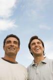 Lächeln mit zwei Männern Stockfoto
