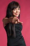 Lächeln-Punktfinger der recht aufgeregten Frau glücklicher an Ihnen Lizenzfreie Stockfotos