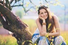 Lächeln und frohe Wiese der Frau im Frühjahr Stockbilder