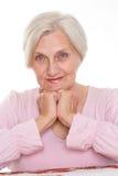 Lächelnde alte Frauen am Schreibtisch Stockbild