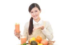 Lächelnde asiatische Hausfrau Lizenzfreies Stockfoto