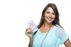 Lächelnde attraktive Frau, die 500-Euro - Schein hält Stockfoto