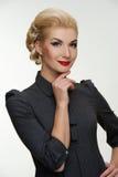 Lächelnde blonde Frau mit einer Retro- Verfassung Stockfotos