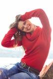 Lächelnde Blondine, die an einem sonnigen Tag genießen Lizenzfreie Stockfotos