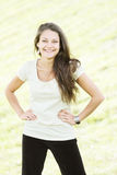 Lächelnde Brunettehände durch Seiten Lizenzfreie Stockfotos