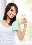 Lächelnde Eignungsfrau mit Wasser Stockbild