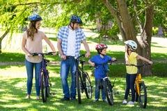 Lächelnde Familie mit ihren Fahrrädern Stockfoto